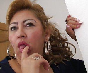 Videos porno gratis para ver maduro mamá luisa le encanta masturbarse a solas