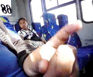 Intermitente y semen, una paisana niña se ve el asiento de atrás