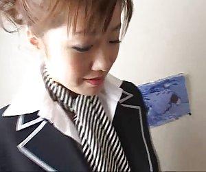 Japonés azafata con collar sobre el cuello mujeres de desnudas