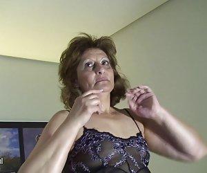 español antiguo de la abuela remojo en frente de la cámara