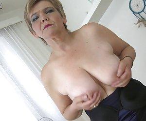 sexy viejo de la abuela jugando con su viejo coño