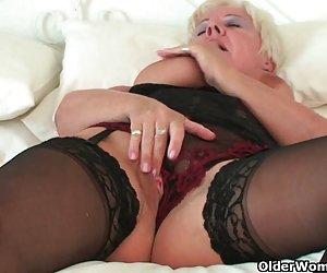 curvas de la abuelita en medias negras frota su clítoris de edad