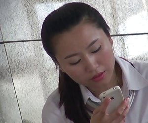 Sexy asiática colgando fuera de la oficina en nylon shoeplay video pono xx
