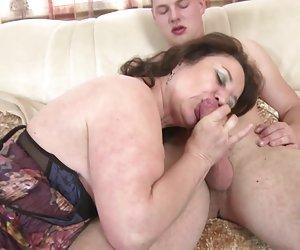 Madura, mamá y esposa seduce a los jóvenes no es su hijo chicas desnudandose porno