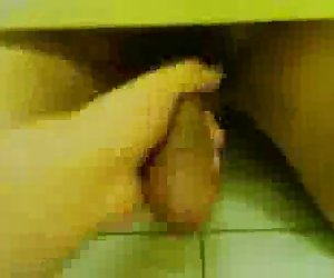 pública cuarto de baño masturbación con la mano