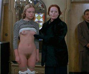 Joven rubia es conseguir desnudo en frente de los clientes masculinos. xxx los mejores videos