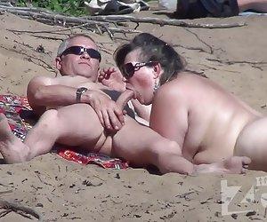 Mamada en una playa nudista. xxx muy ancianas